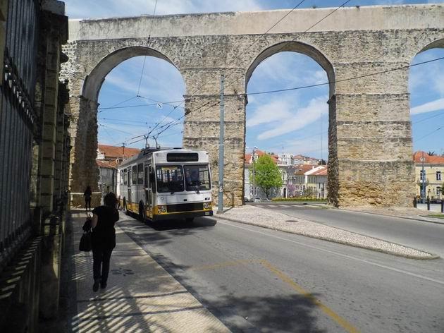 Coimbra: trolejbus Caetano/EFACEC číslo 57 z roku 1985 podjíždí na lince 103 akvadukt na ulici Alameda Doutor Júlio Henriques. 22.4.2013  © Jan Přikryl