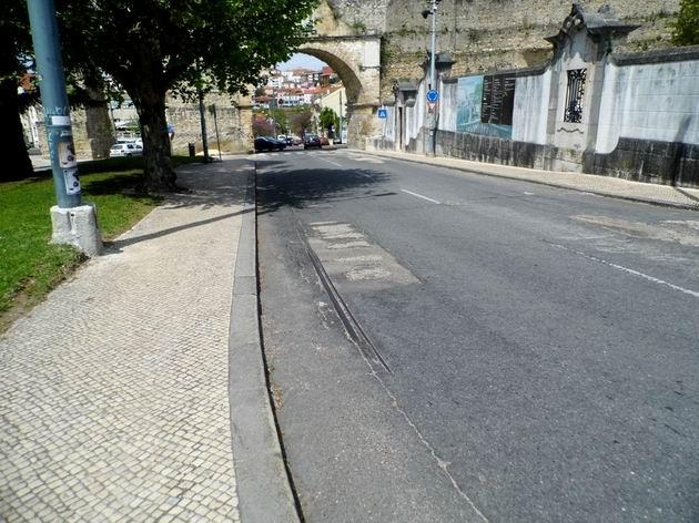 Coimbra: tramvajové koleje v ulici Rua Imfantaria se nepoužívají od roku 1980 22.4.2013  ©  Jan Přikryl