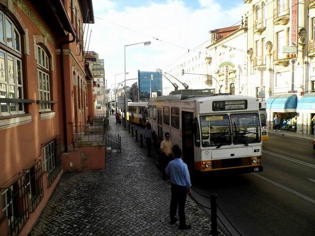 Coimbra: kvůli dopravní nehodě zablokoval uvízlý trolejbus Caetano/EFACEC číslo 51 z roku 1984 provoz na třídě Avenida Fernão de Magalhães. 22.4.2013 © Jan Přikryl