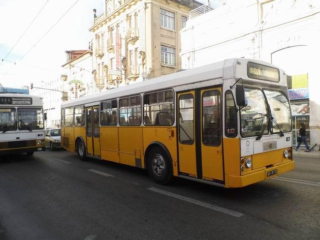 Coimbra: stařičký autobus Volvo/Caetano číslo 96 z roku 1984 objíždí na třídě Avenida Fernão de Magalhães uvízlý trolejbus. 22.4.2013 © Jan Přikryl
