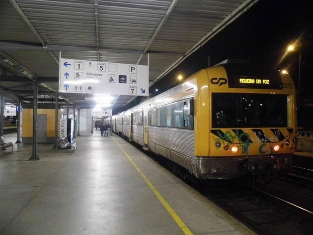 Coimbra: předměstská elektrická jednotka řady 2272 CP stojí u výpravní budovy hlavního nádraží před odjezdem do Figueiry da Foz. 22.4.2013 © Jan Přikryl