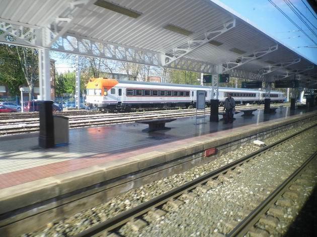 Třídílná elektrická jednotka řady 432 RENFE z roku 1971 stojí ve stanici Vitoria-Gasteiz ještě 3 roky po ukončení turnusového nasazení. 23.4.2013 © Jan Přikryl