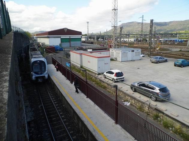 Hendaye: nová elektrická jednotka řady 914 Euskotren přijíždí do koncové stanice z Lasarte-Oria. 23.4.2013 © Jan Přikryl