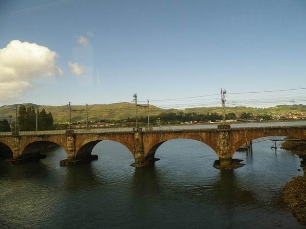 Obourozchodný most na hlavní trati z Hendaye do Irúnu přes hraniční řeku Bidassoa pochází z roku 1864. 23.4.2013 © Jan Přikryl