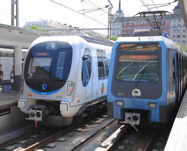 Setkání generací vlaků Euskotren ve stanici Donostia-Amara: vlevo jednotka řady 918 z roku 2011, vpravo jednotka řady 217 z roku 1986. 23.4.2013 © Lukáš Uhlíř
