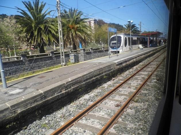 Elektrická jednotka řady 900 Euskotren stojí s osobním vlakem do San Sebastianu/Donostie u nástupiště ve stanici Deba. 23.4.2013 © Jan Přikryl