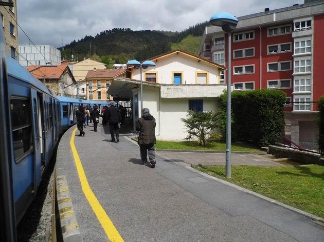 Stanice Ermua na trati ze San Sebastianu/Donostie do Bilbaa je v ostrém oblouku, trať tu opouští úzké údolí řeky Deba. 23.4.2013 © Jan Přikryl