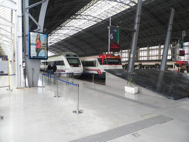 Bilbao: hala hlavního širokozchodného nádraží Abando, kolej 6 s čekající jednotkou Alvia řady 120 RENFE je jedna ze dvou pro dálkovou dopravu. 23.4.2013 © Jan Přikryl