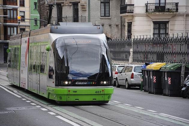 Bilbao: tramvaj typu Urbos od CAF projíždí po Kalea Atxuri v mezistaničním úseku Atxuri-Ribera. 23.4.2013 © Lukáš Uhlíř
