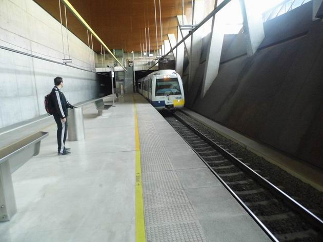 Bilbao: rekonstruovaná elektrická jendotka řady 3608 FEVE přijíždí do stanice Basurto-Hospital/Basurto Ospitalea jako cercanías z Balmasedy. 23.4.2013 © Jan Přikryl