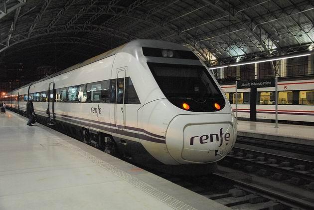 Bilbao: přerozchodovatelná jednotka řady 120 RENFE stojí na 6. koleji nádraží Abando před odjezdem vlaku Alvia do Barcelony. 24.4.2013 © Lukáš Uhlíř