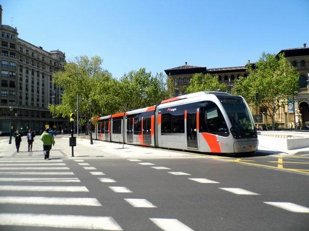 Zaragoza: tramvaj typu Urbos 3 od CAF z roku 2011 přijíždí z náměstí Plaza Aragon do zastávky Gran Vía cestou na konečnou Mago de Oz. 24.4.2013 © Jan Přikryl