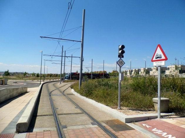 Zaragoza: celkový pohled na konečnou tramvajovou zastávku Mago de Oz na konci městské zástavby. 24.4.2013 © Jan Přikryl
