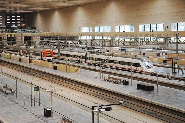 Zaragoza: celkový pohled na kolejiště nádraží Delicias- řetězová zábrana vyznačuje hranici mezi kolejištěm širokorozchodným a normálněrozchodným. 24.4.2013 © Lukáš Uhlíř