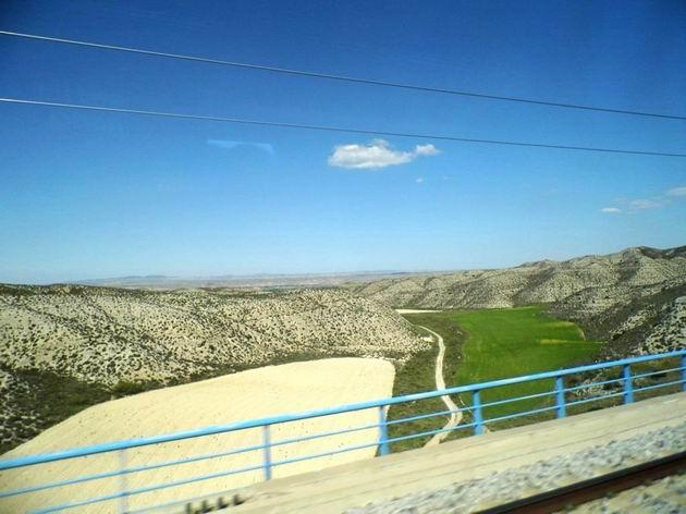 Měsíční krajina ve východní části regionu Aragonie z trati LAV Madrid-Zaragoza-Barcelona-Frontera francesa zhruba v km 320. 24.4.2013 © Jan Přikryl