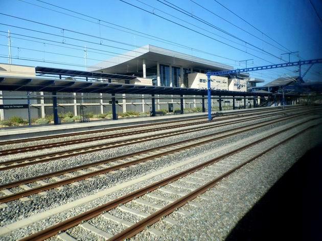 Výpravní budova a jednoduché kolejiště stanice Camp de Taragona na trati LAV Madrid-Zaragoza-Barcelona-Frontera francesa. 24.4.2013 © Jan Přikryl