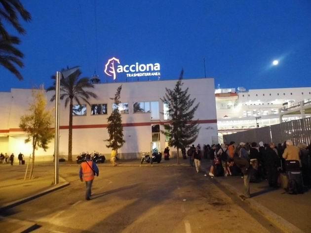 Barcelona: večerní nálada u lodního terminálu Acciona s davem lidí, čekajících na vpuštění do přístavního areálu. 24.4.2013 © Jan Přikryl