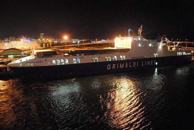 Barcelona: nákladní trajekt společnosti Grimaldi Lines Eurocargo Palermo kotví u mola Moll de Ponent v jižní části přístavu. 24.4.2013 © Lukáš Uhlíř