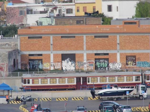 Motorák řady ALn 668 stojí na od sítě odříznuté koleji bývalé vlečky do přístavu Civitavecchia u ulice Via Lazaretto. 25.4.2013 © Jan Přikryl
