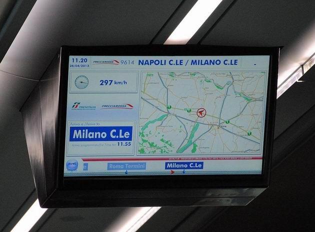 Vlak kategorie AV z Neapole do Milána jede v okolí Parmy rychlostí 297 km/h. 26.4.2013 © Lukáš Uhlíř