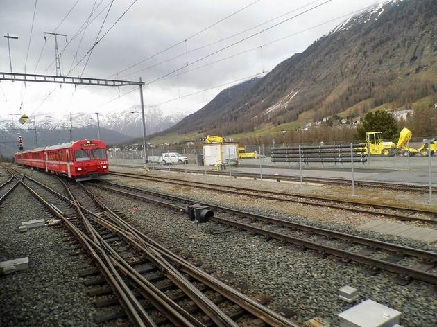 Typická souprava osobního vlaku ze Scuol-Taraspu v čele s řídícím vozem řady BDt 1722 Rhb přijíždí do stanice Pontresina/Puntraschigna. 26.4.2013 © Jan Přikryl