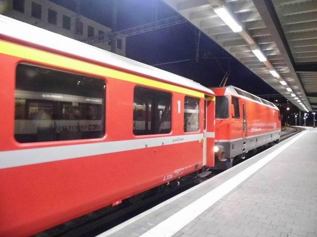 Lokomotiva řady Ge 4/4 III RhB z poloviny 90. let právě přivezla večerní osobní vlak ze St. Moritz do Churu. 26.4.2013 © Jan Přikryl