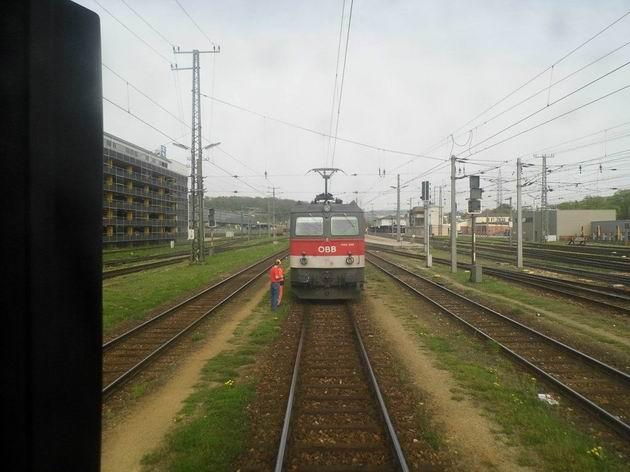 Lokomotiva řady 1144 ÖBB stojí po odvěšení od soupravy vlaku EN Wiener Walzer v kolejišti stanice Wien-Hütteldorf. 27.4.2013 © Jan Přikryl