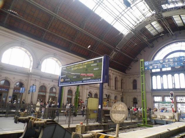 Reklama na historické vlaky společnosti MÁV-Nosztalgia v hale nádraží Budapest-Keleti. 27.4.2013 © Jan Přikryl