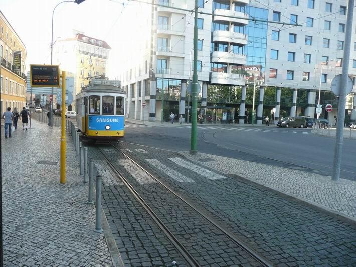 Lisabon: tramvaj okružní linky 12 přijíždí na Martim Moníz © Tomáš Kraus, 6.10.2013