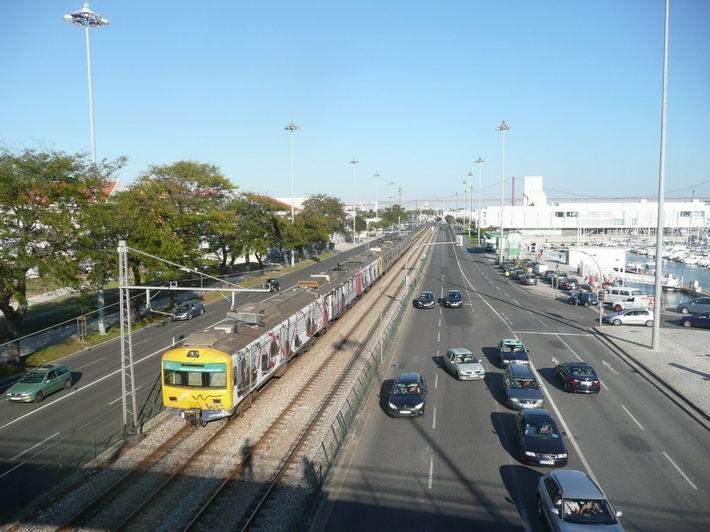 Lisabon: příměstský vlak na trati Linha do Cascais v Belému © Tomáš Kraus, 6.10.2013