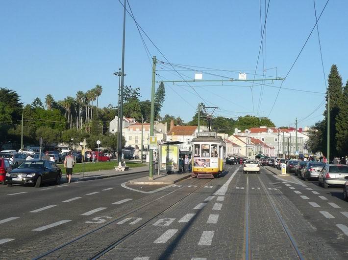 Lisabon: dvounápravová tramvaj zaskakuje na lince 15 v Belému © Tomáš Kraus, 6.10.2013