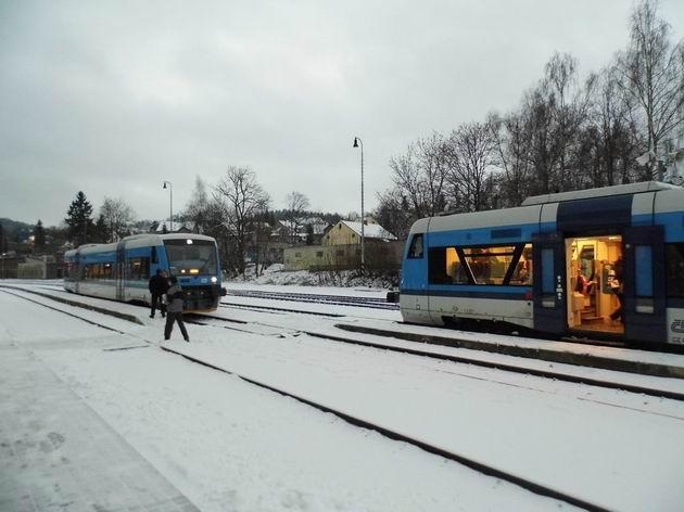 Křižování motorových vozů řady 540 ČD ve stanici Jablonec nad Nisou. 5.12.2013 © Jan Přikryl
