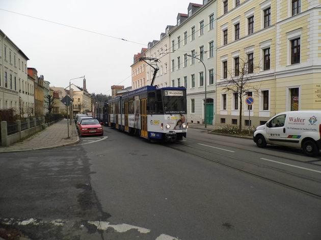 Görlitz: dvojice článkových tramvají KT4 se blíží do zastávky Jägerkaserne směrem k nádraží. 5.12.2013 © Jan Přikryl