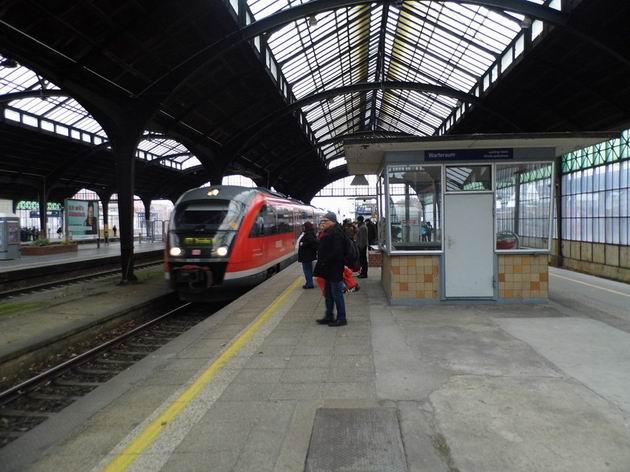 Görlitz: Desiro DB přijíždí z Wroclawi pod velkolepou nádražní halu a bude pokračovat do Drážďan. 5.12.2013 © Jan Přikryl