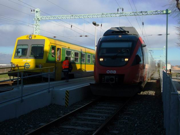 Pamhagen: setkání Talentu řady 4124 ÖBB a motorového vozu řady 247.507 GySEV u jediného ostrovního nástupiště. 6.12.2013 © Aleš Svoboda
