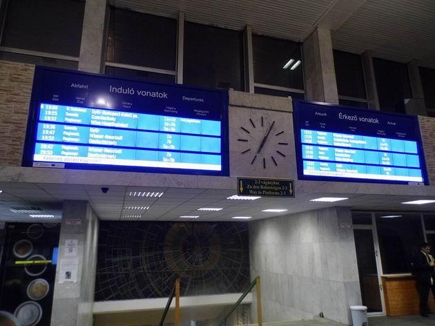 Sopron: odjezdová a příjezdová tabule v hale modernizovaného nádraží. 6.12.2013 © Jan Přikryl