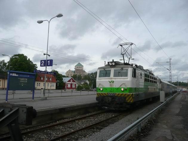 Turku satama: lokomotiva řady Sr1 s expresem, v pozadí hrad © Tomáš Kraus, 12.6.2014