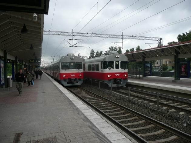 Huopalahti: jednotky řady Sm1 a Sm2, peron vpravo je pro zrychlené vlaky © Tomáš Kraus, 14.6.2011