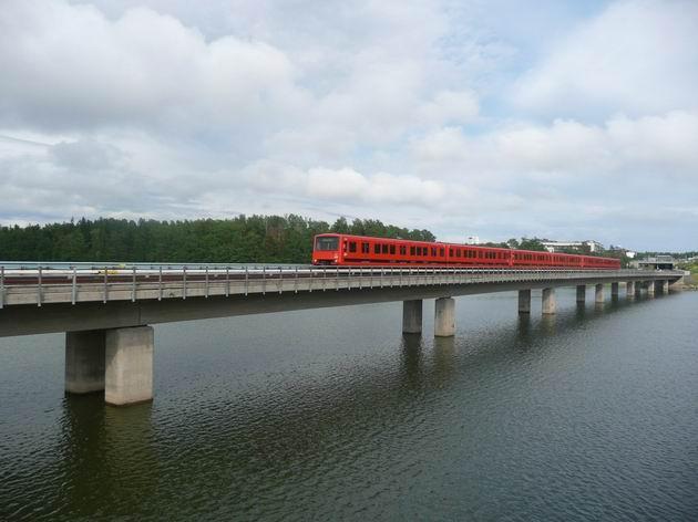 Helsinki: trojice jednotek metra M100 na mostě u stanice Rastila © Tomáš Kraus, 15.6.2011