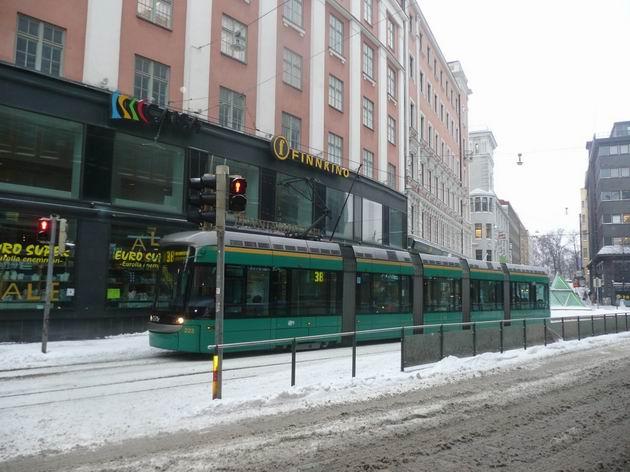 Helsinki: nízkopodlažní tramvaj Variotram v zastávce Kaisaniemi © Tomáš Kraus, 5.3.2013
