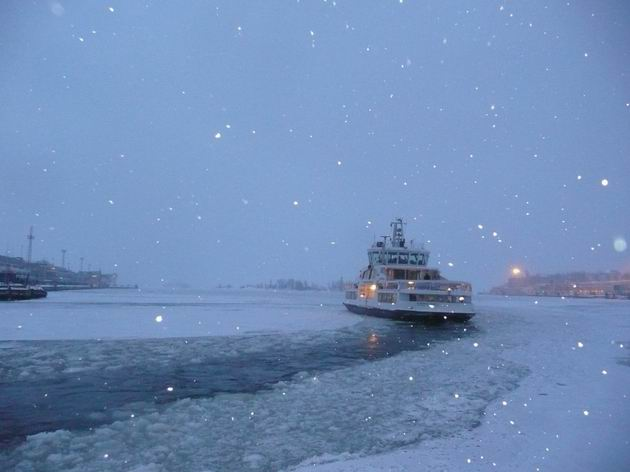 Helsinki: za třeskutého mrazu se přívoz na Suomenlinnu probíjí ledem © Tomáš Kraus, 4.3.2013