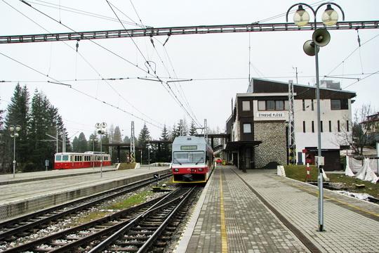 Most még át kell szállni a zubacskából az elektricskába<br>(fotó: vlaky.net)